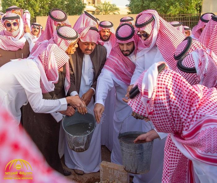 بالصور والفيديو : شاهد ..ولي العهد يشارك في مواراة جثمان الأمير طلال بن سعود