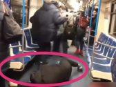 """بالفيديو.. شاب يسقط داخل مترو في موسكو مدعياً إصابته بـ """"كورونا"""" .. شاهد ردة فعل الركاب!"""