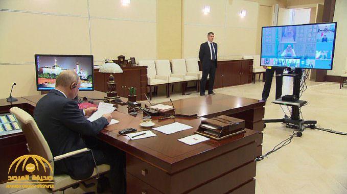 """شاهد .. لحظة استماع """"بوتين"""" لخطاب الملك سلمان بن عبدالعزيز في قمة مجموعة العشرين من مكتبه"""