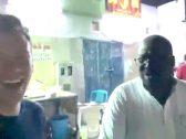 """شاهد :  موظف في """"أرامكو"""" يفاجئ سائح أمريكي التقى به مصادفة أمام مطعم  في حي الكرنتينا بجدة"""
