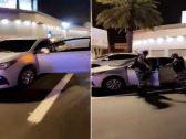 شاهد : رجال الأمن يوقفون شخصاً بالقوة الجبرية حاول الهرب بسيارة بدون لوحات