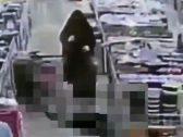 """شاهد .. ممرضة سعودية تنقذ مواطناً من الموت بعدما سقط أرضا في مركز تسوق و """"بلع لسانه"""""""