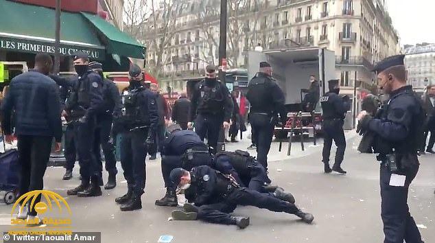 شاهد .. الشرطة الفرنسية تعتدي بالضرب على امرأة وتطرحها أرضاً بسبب مخالفة التعليمات بشأن كورونا