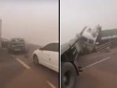 بالفيديو … تصادم جماعي لعدد من المركبات  على طريق المدينة – حائل بسبب موجة الغبار !
