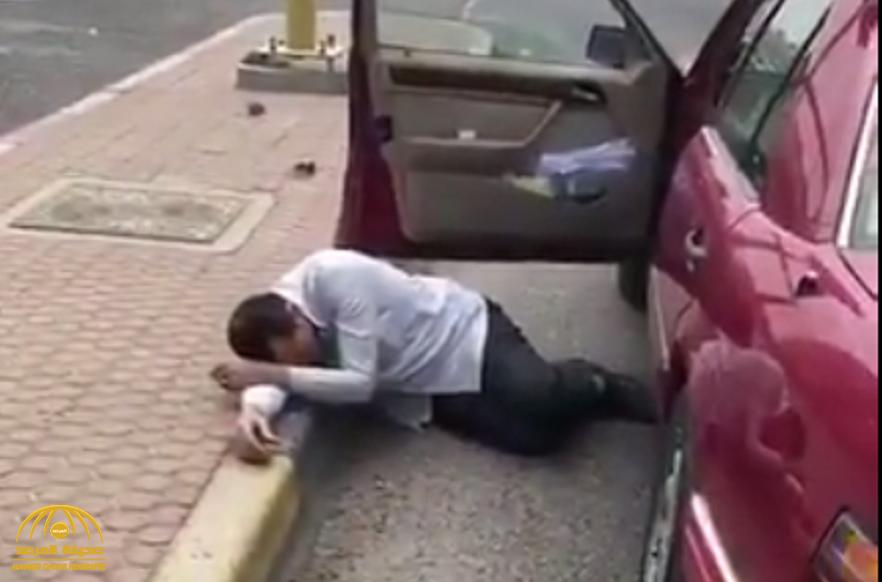 """كشف حقيقة مقطع  سقوط شخص مصاب ب""""كورونا"""" بجانب سيارته في شارع بالكويت !"""