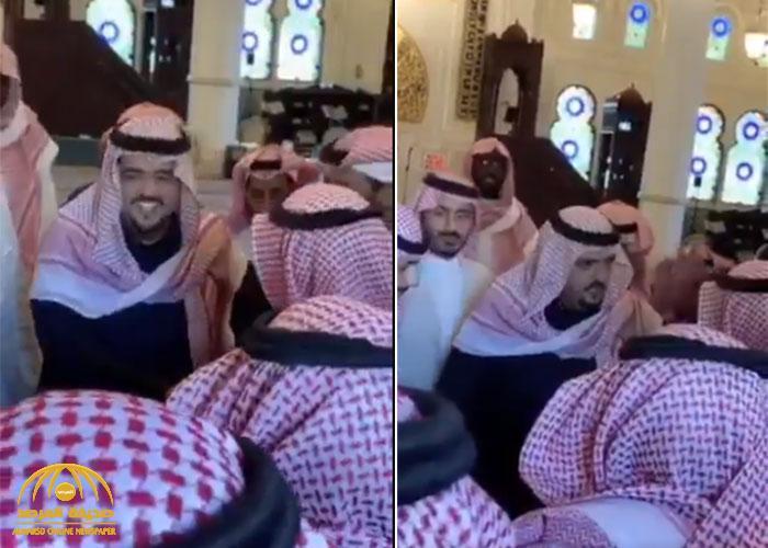 """شاهد: الأمير عبدالعزيز بن فهد  يروي موقفا طريفا حدث له مع """"بائع شاهي"""" !"""