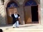 """شاهد .. مصري يقف أمام مسجد مدعياً أنه """"المهدي المنتظر"""" في زمن كورونا"""