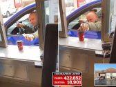 """خوفا من كورونا .. شاهد : كندي يرش مطهر على كوب """"قهوة"""" بطريقة غريبة !"""
