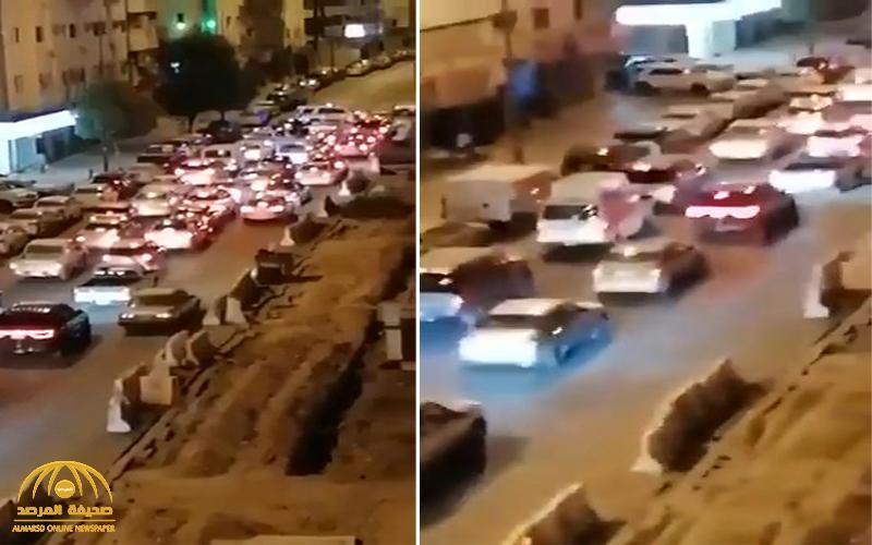 شاهد .. لحظة ضبط عشرات السيارات المخالفة لقرار منع التجول في المدينة