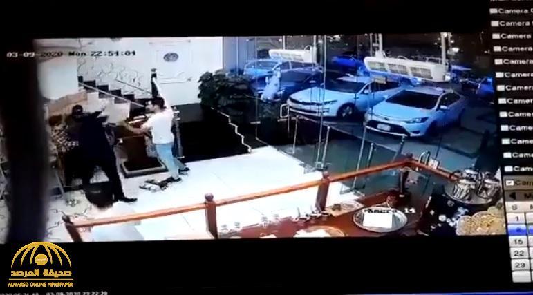 شاهد :  شاب يعتدي على فتاة ويخنقها بقوة أثناء عملها في أحد المطاعم بجازان