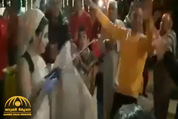 شاهد: عروس مصرية ترش المعازيم بالمبيدات الزراعية في حفل زفافها خوفا من كورونا  !