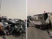 شاهد .. سائق سطحة يتسبب في حوادث مروعة لعدد كبير من السيارات .. وأحد المصابين ملقى على الأرض ينزف!