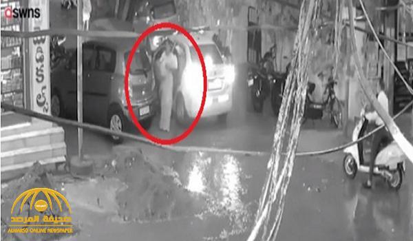 """بالفيديو..  مشهد """"مرعب"""" لأم تعبر الطريق وهي تحمل طفلها..  وما حدث لم يكن في الحسبان !"""