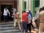 شاهد: ماذا فعلت الشرطة الباكستانية مع مصلين أدّوا صلاة الجمعة في المسجد وخالفوا قرار الحظر!