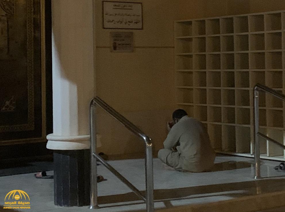 شاهد .. رد فعل مؤثر لعامل أمام مدخل جامع بالرياض بعد قرار منع صلاة الجماعة بالمساجد بسبب كورونا !