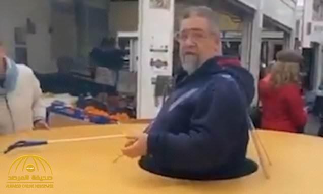 خوفا من كورونا.. شاهد: رجل يعزل نفسه داخل قرص ضخم حتى لا يقترب منه أحد