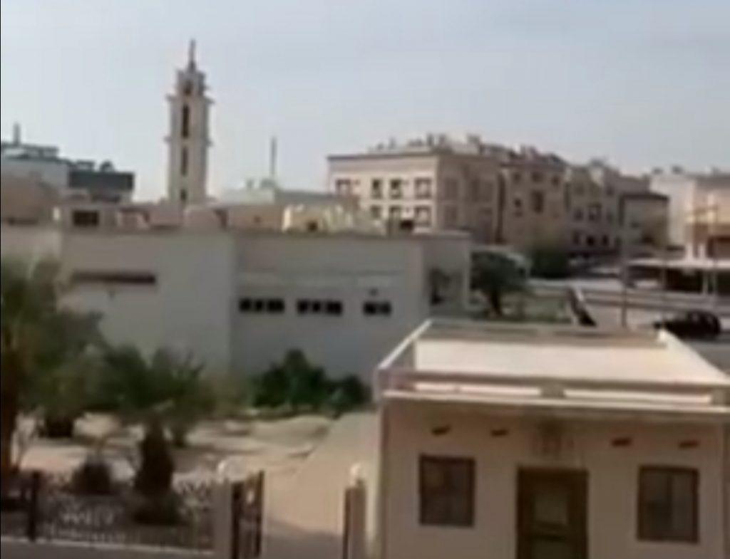 بسبب كورونا.. مؤذن كويتي يرفع الأذان بنداء جديد -فيديو