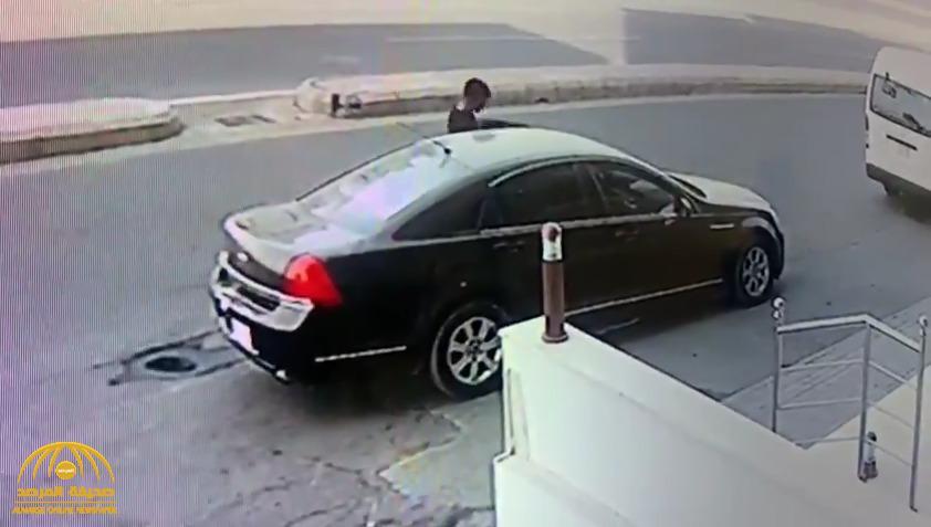 تحت التهديد.. شاهد: شخص يسرق سيارة ويفر هارباً في أحد شوارع المملكة!