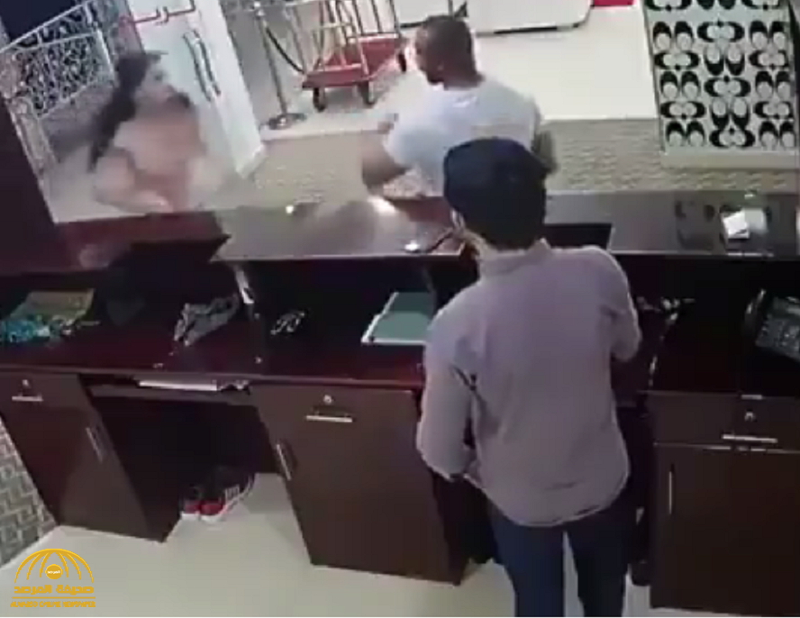 شاهد .. مشاجرة عنيفة بين فتاة ورجل ضخم حاول الإعتداء عليها في أحد المتاجر  وهكذا أنهت العراك لصالحها !