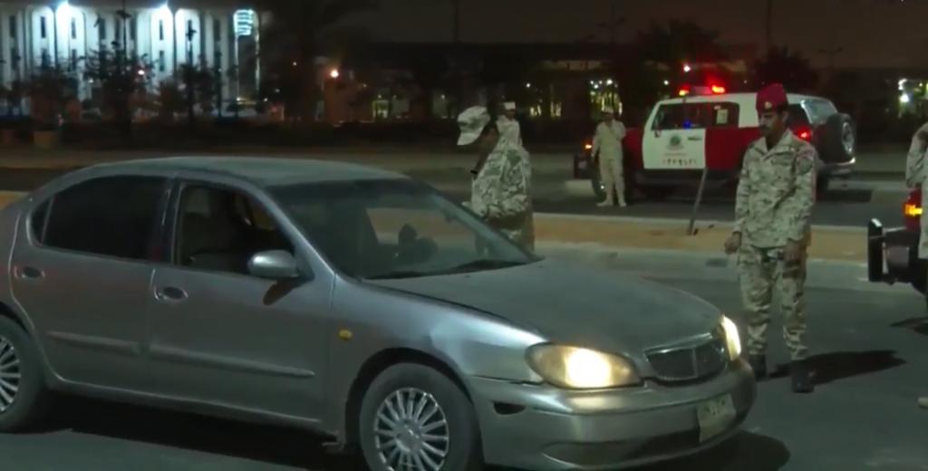 شاهد : الحرس الوطني يستوقف إحدى المركبات خلال وقت منع التجول في الرياض!