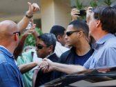 """"""" مصافحة وأحضان وجولة بدون كمامة """"… شاهد : رئيس دولة ال19 ألف إصابة بكورونا يكسر القواعد !"""