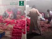 شاهد .. لحظة ضبط كمية ضخمة من البصل داخل  مستودع عشوائي لعمالة مخالفة في جدة !