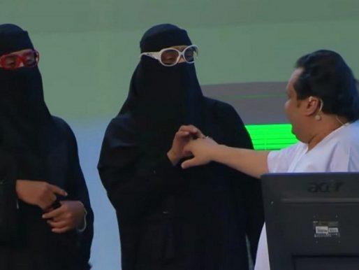 """شاهد: القصبي و الحبيب يفاجئان الجمهور بدور نسائي في مسرحية """"الذيب في القليب""""!"""