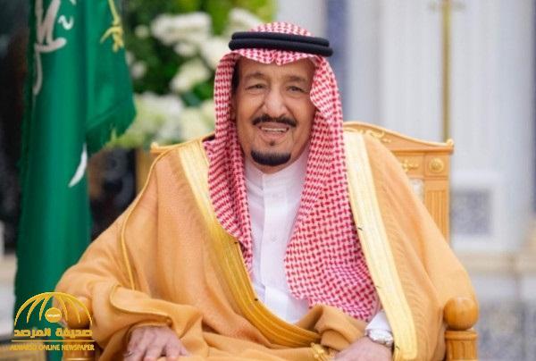 """شاهد .. صورة نادرة لخادم الحرمين وهو يرتدي """"بدلة"""" رسمية"""
