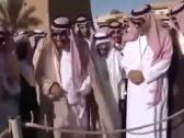 شاهد .. فيديو نادر للملك سلمان في حوطة سدير وهو يمازح بائع حطب .. والكشف تاريخ تصويره