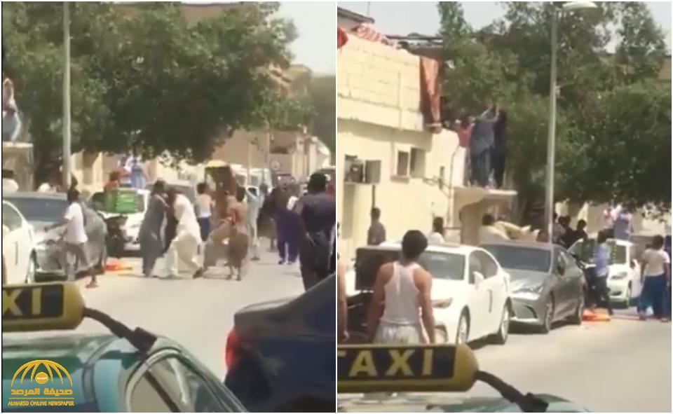"""شاهد : مضاربة عنيفة بين مجموعة من العمالة الباكستانية بـ""""العصي والأبواب""""!"""