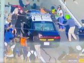 """""""اجتاحوا شوارع لوس أنجلوس"""".. شاهد: متظاهرون يقفزون فوق سيارات الشرطة ويثيرون الشغب بعد مقتل """"الرجل الأسود"""""""