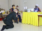 """""""جنود يزحفون وقادة يتذللون"""".. شاهد: ملك تايلاند وزوجته يثيران ضجة بعد عودتهما من قصرهما الفاخر في ألمانيا !"""
