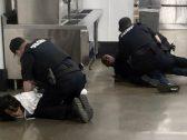 شاهد: 4 ضباط أمريكيين يطرحون امرأة سمراء وابنها أرضا وينهالون عليهم بالضرب داخل متجر