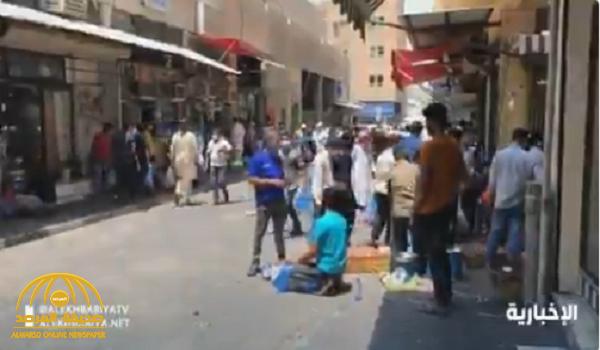 شاهد.. ردة فعل عمالة مخالفة بعد سماع صوت سيارات الجهات الأمنية