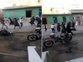 شاهد .. معركة بين عائلتين في مصر تقتل شخصا وتصيب 8 آخرين