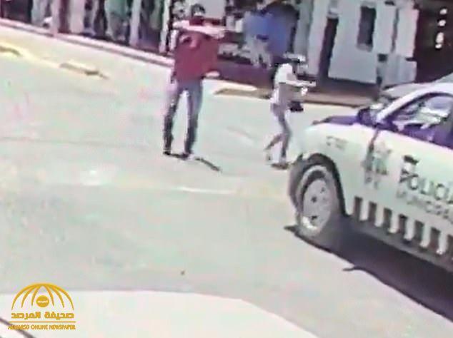 """""""خطة ماكرة"""".. شاهد : مجهولون يتربصون لدورية شرطة مكسيكية ويفاجئونهم بوابل من الرصاص"""