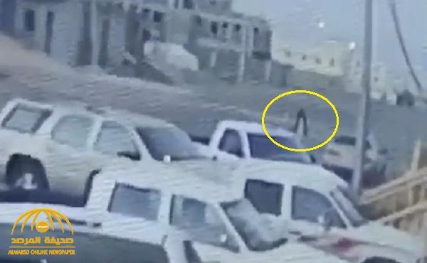 شاهد : مجهول يحرق سيارتين لرجل أمن بأحد رفيدة .. وكاميرا مراقبة ترصد الواقعة
