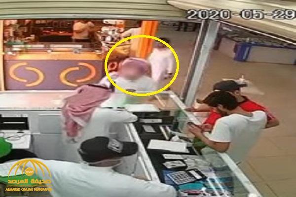 بالفيديو : شاهد لص يغافل بائع ويسرق جوال ويفر هارباً
