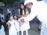شاهد .. ردة فعل طفلة بالباحة تجاه مذيع مد يده لمصافحتها