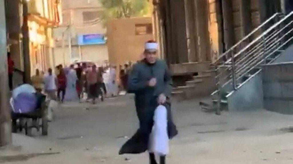 شاهد: هروب إمام مسجد بعد مداهمة الشرطة المصرية وهو يؤم المصلين في صلاة العيد