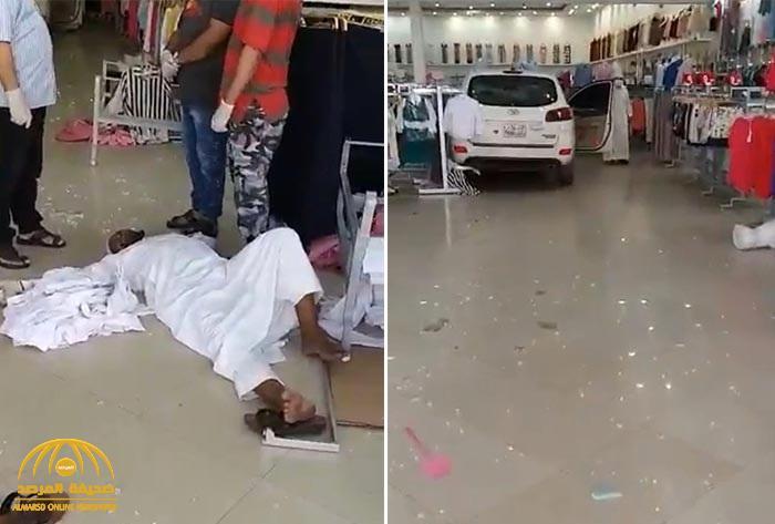 شاهد: سيارة تقتحم محل ملابس  .. وإصابة أحد الزبائن