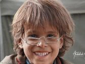 """""""صنعها من أسلاك معدنية بسيطة"""".. مزاد على """"نظارة"""" طفل يمني نازح وبيعها بسعر """"خرافي"""""""