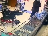 """شاهد: لص """"مشلول وأبكم"""" يسطو على محل مجوهرات .. وحين حضرت الشرطة كانت المفاجأة!"""