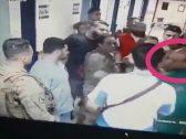 شاهد.. جنود لبنانيون يعتدون على طبيب ويوجهون له اللكمات أثناء عمله !