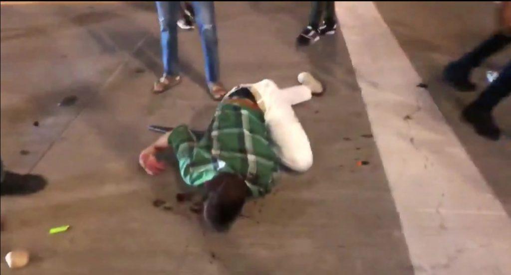 شاهد.. عقاب مروع لرجل يحمل سيف حاول  منع المتظاهرين من اقتحام  متجر في أمريكا