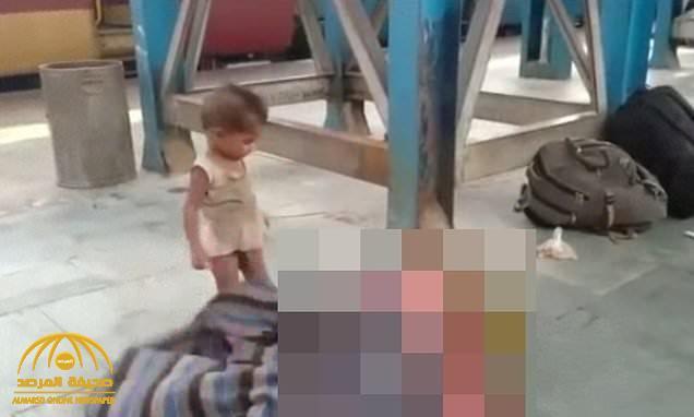 """""""يلهو حولها"""".. شاهد: فيديو مؤثر لطفل يحاول إيقاظ أمه بعد وفاتها بسبب كورونا في الهند"""