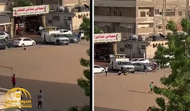 شاهد: شبان يلعبون الكرة في أحد أحياء جدة بعد قرار منع التجوال !
