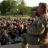 بالفيديو: ضابط بالحرس الوطني يتضامن مع المتظاهرين الأمريكيين ويعلن حمايتهم.. شاهد ردة فعلهم