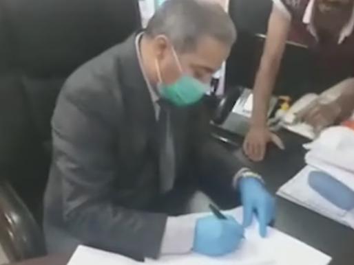 بالفيديو: عراقيون يقتحمون مكتب مسؤولا في الصحة ويجبرونه على كتابة استقالته