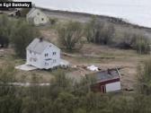 """شاهد .. انهيار أرضي في """"النرويج"""" يبتلع ثمانية مبان ويجرف كلب"""